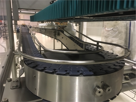 flessenkettingtransporteur-in-combinatie-met-gripmodules-chain-conveyor-combined-with-wedge-conveyor